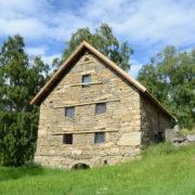 Bygningen er oppført i bruddstein i 1809. Bygningen utmerker seg med sin store dimensjon og særegne utforming. Bygningen er vedtaksfredet.